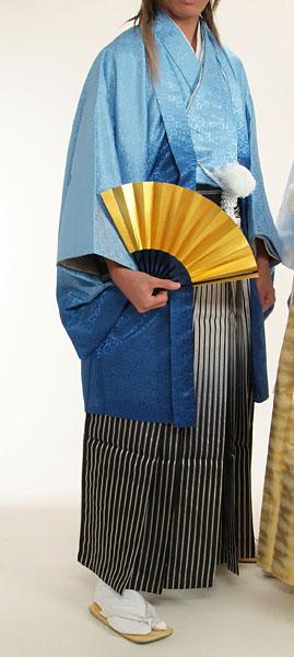 MAN-HS03黒銀ぼかし縞袴レンタル紋付成人式用貸衣装水色グラデーション着姿