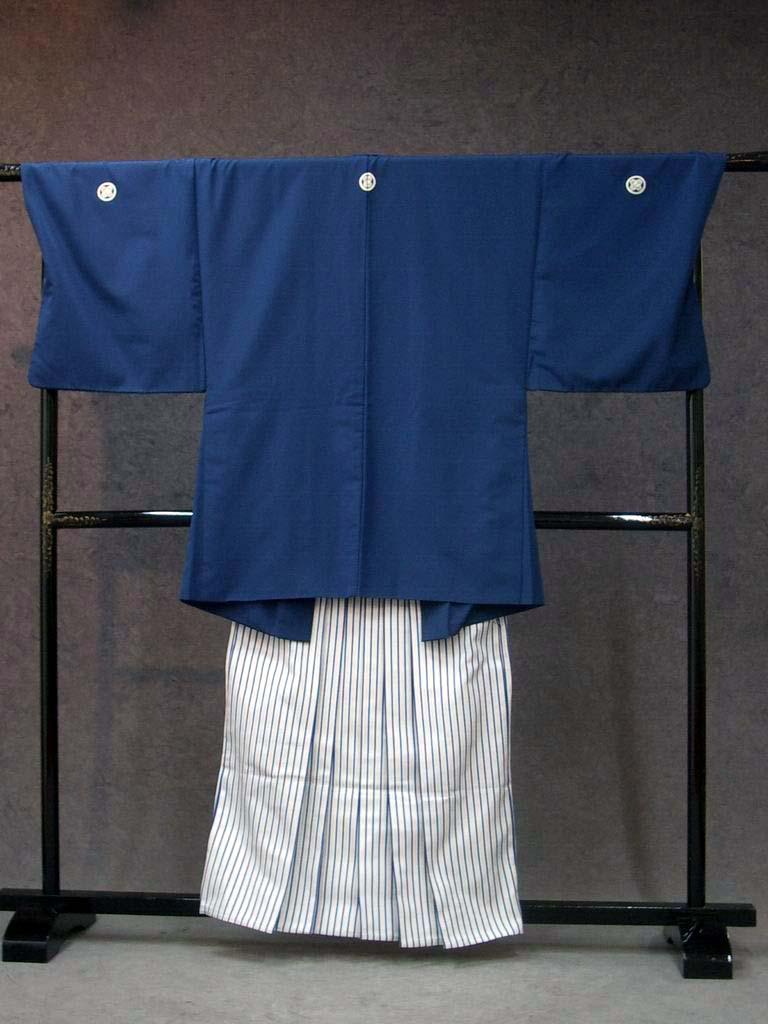 基本セットの袴B黒/白/銀縞柄と紺無地着用画像成人式レンタル紋付袴